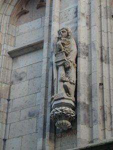 Statue der Agrippina als Vestalin am Kölner Ratsturm. Bildhauer: Heribert Calleen