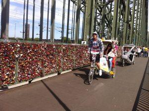Mit Fahrrad-Rikschas vorbei an den Liebesschlössern auf der Hohenzollernbrücke