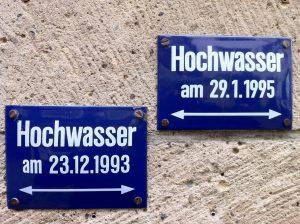 """Hochwasser-Schilder an Papa Joe's Jazzlokal """"Im Streckstrump"""" am Buttermarkt"""