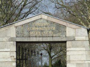 """Eingang zur """"Millionenallee"""" des Friedhofs Melaten, Aachener Straße"""