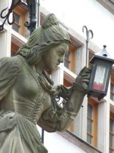 Schneidersfrau am Heinzelmännchenbrunnen