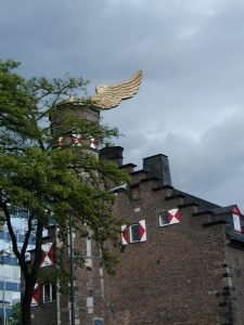 """Der """"Goldene Vogel"""" von HA Schult auf dem Turm es Zeughauses"""