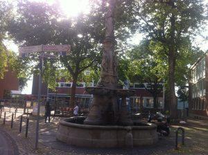 """Der Stadtbrunnen mit der """"Stadtgöttin Mülheimia"""" an der Mülheimer Freiheit von Wilhelm Albermann 1884 erinnert an das verheerende Hochwasser von 1784, bei dere Mülheim zerstört wurde."""